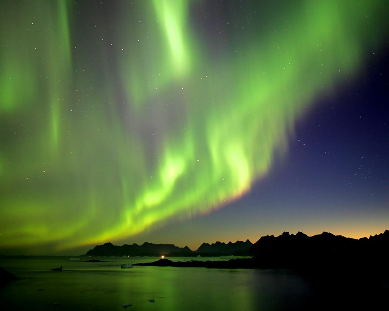 Aurora above the Delta River outside Fairbanks